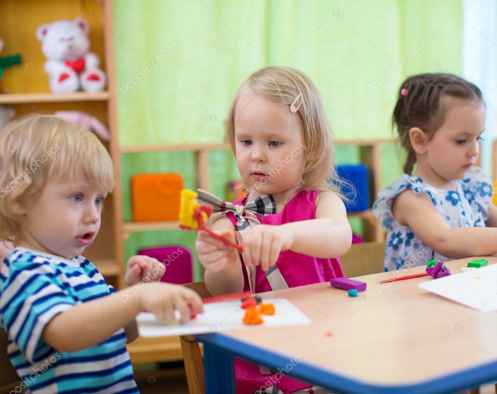 Enfants ou enfants création d'artisanat à l'école maternelle. Jeune ...