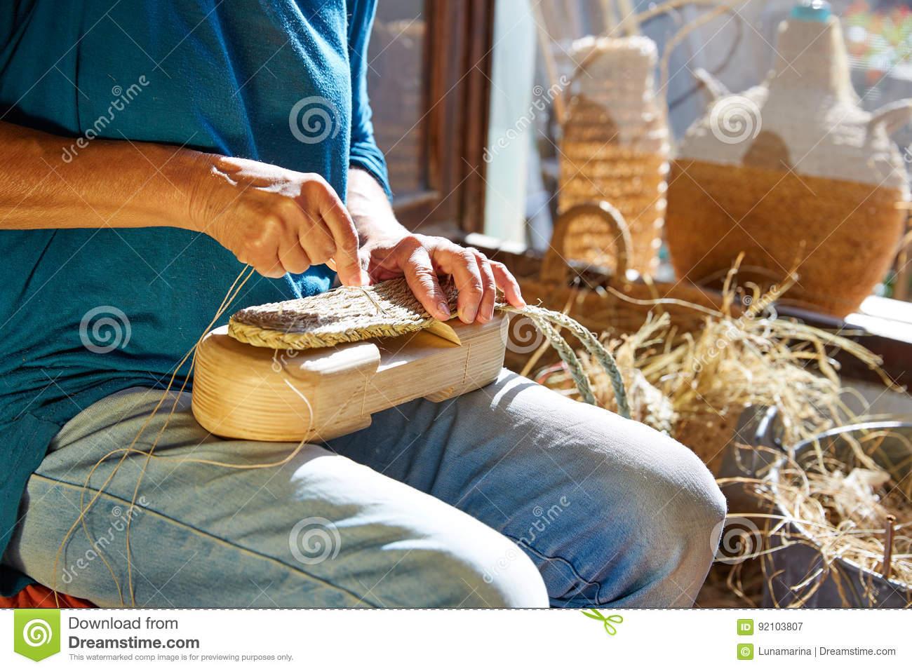 L'herbe De Sparte De Halfah Ouvre Des Mains D'artisan Image ...
