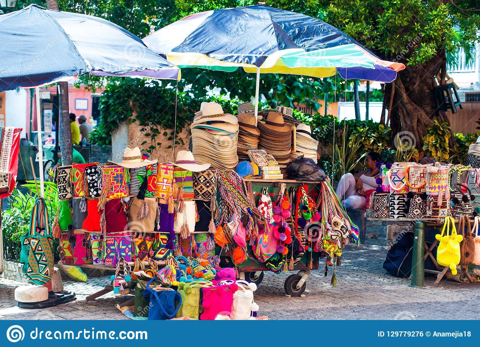 Vente De Rue D'artisanat Typique Colombien Dans La Ville Murée à ...