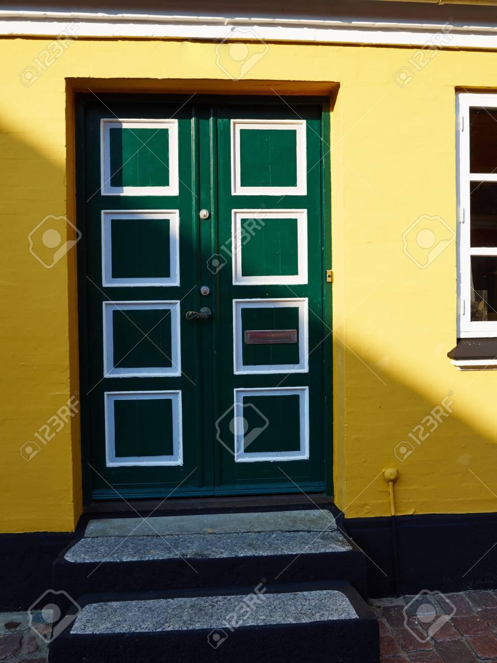 Porte d'entrée en bois vert traditionnel traditionnel coloré artisanat Danemark