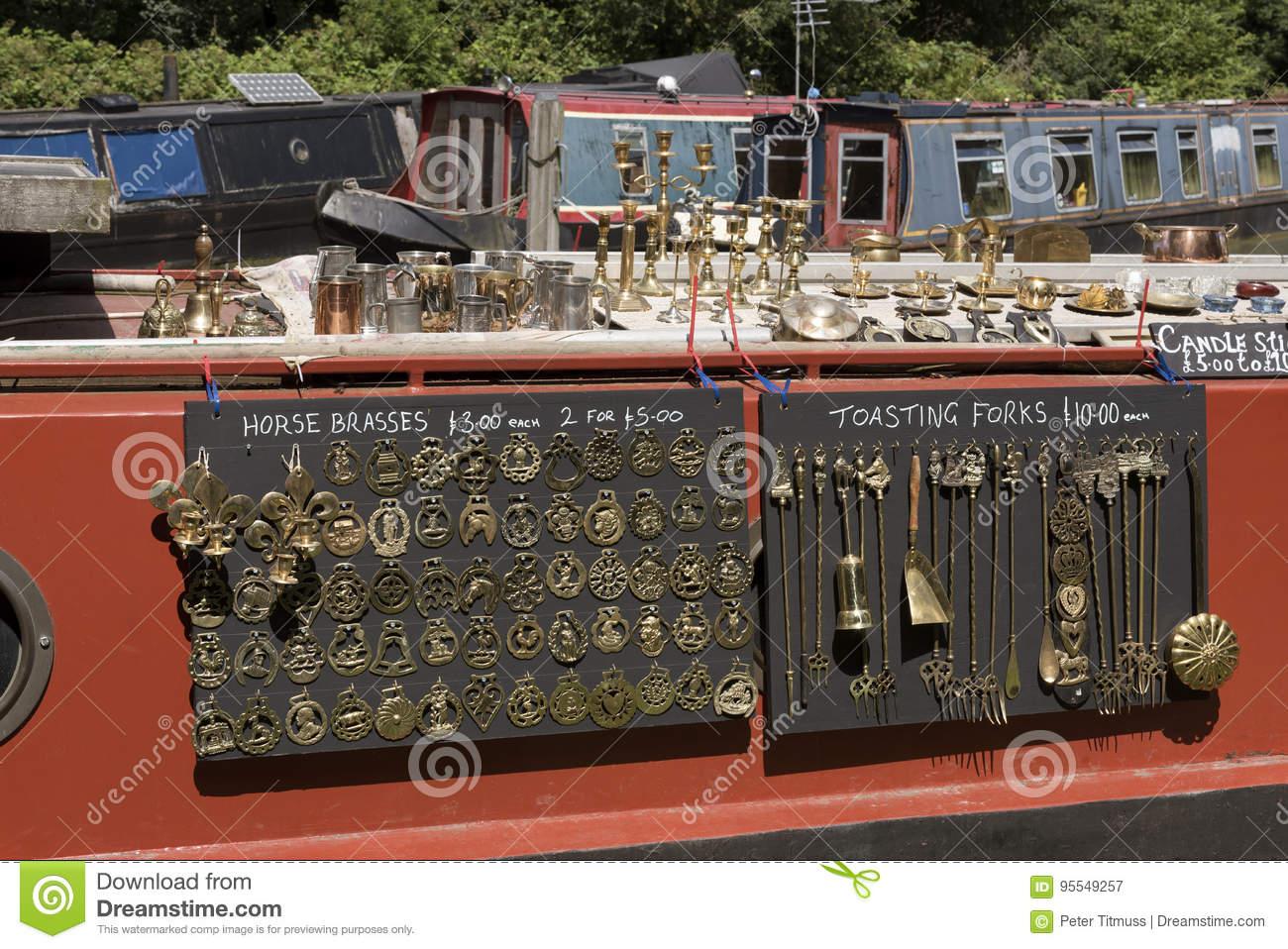 Articles En Laiton à Vendre Sur Un Narrowboat Sur Un Canal ...