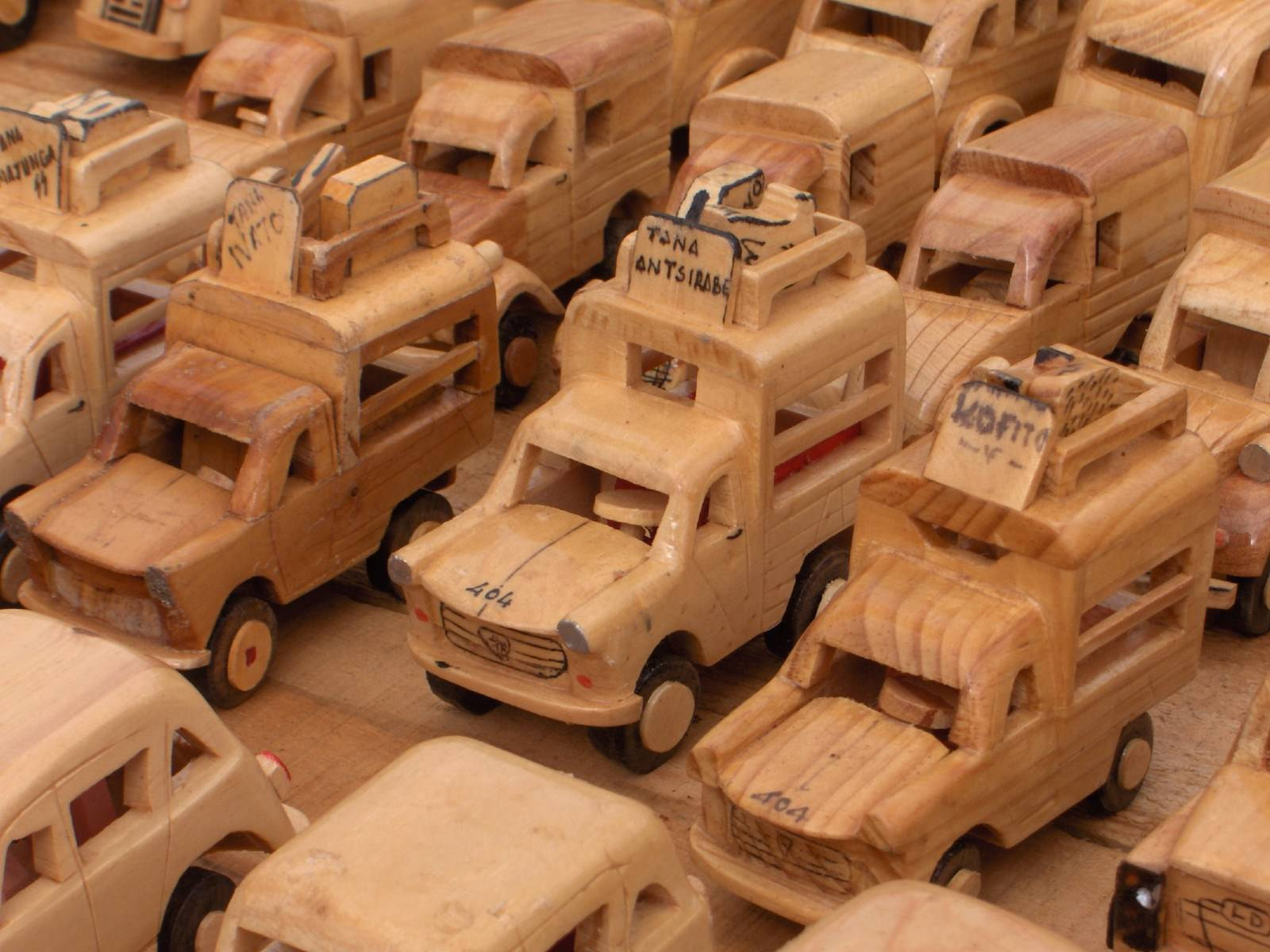 Madagascar Artisanat malgache : les voitures en bois 53737