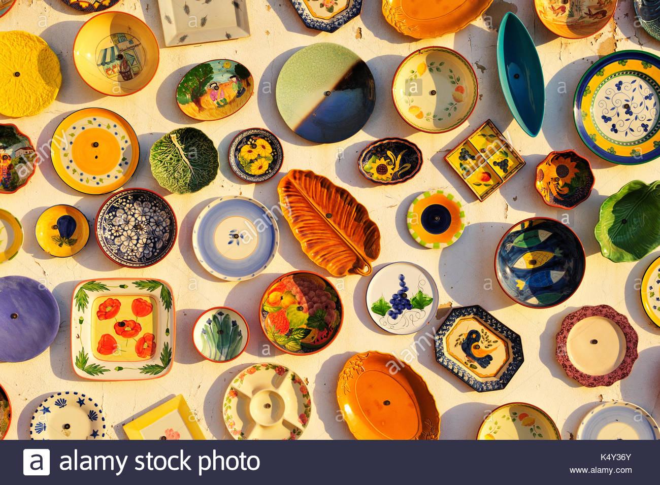 Artisanat du Portugal exposées sur un mur. Algarve, PORTUGAL Banque ...