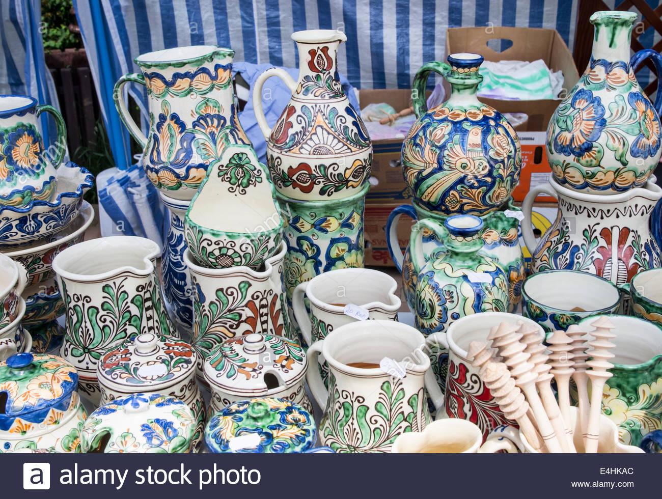Poterie artisanale traditionnelle roumaine et plaques à ...