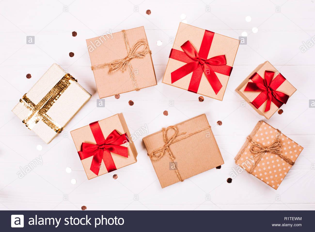 Cadeaux d'artisanat de Noël avec des paillettes sur fond de ...
