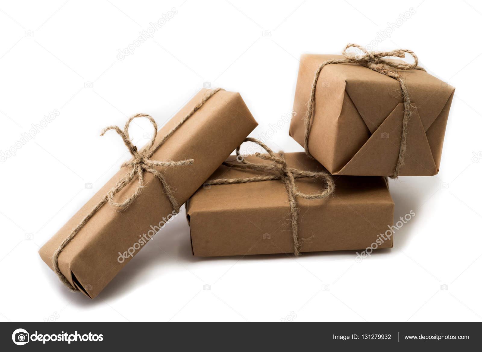 Pile de boîtes-cadeaux artisanat sur fond blanc ...