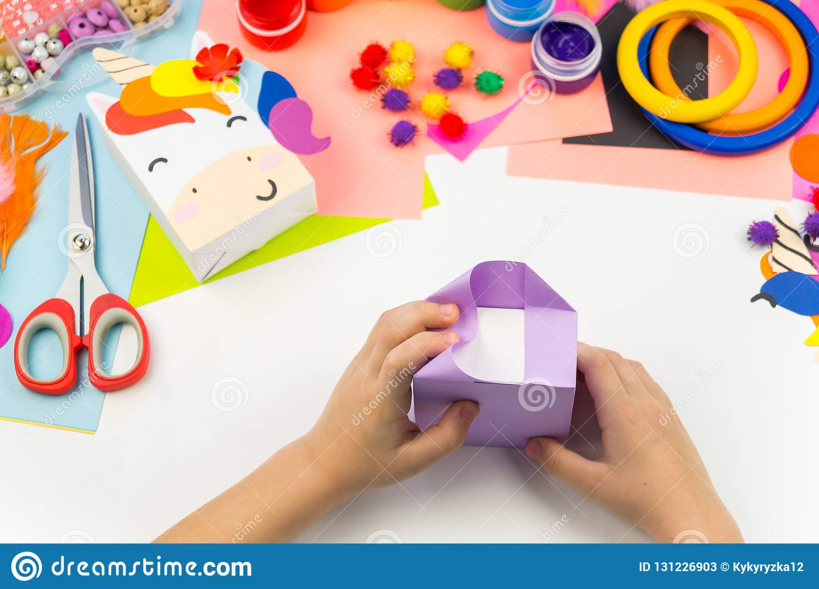 L'enfant Colle La Licorne D'artisanat De Main Image stock ...