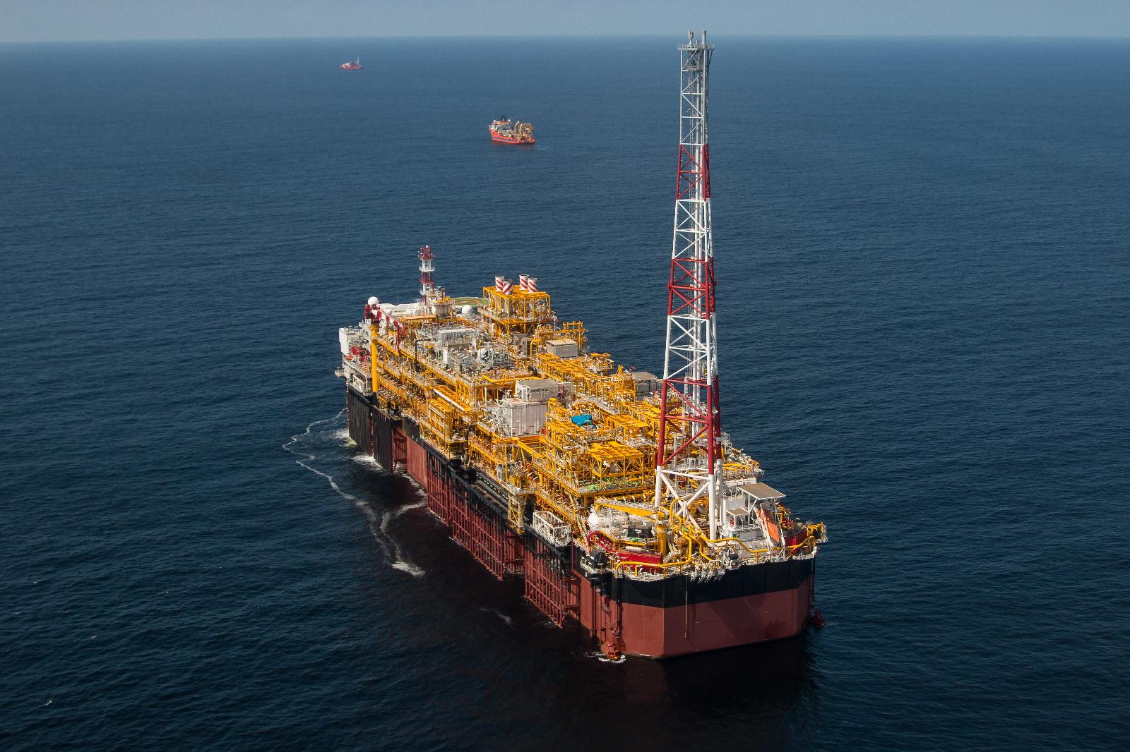 La vie en mer sur une plate-forme pétrolière   Au comptoir angolais