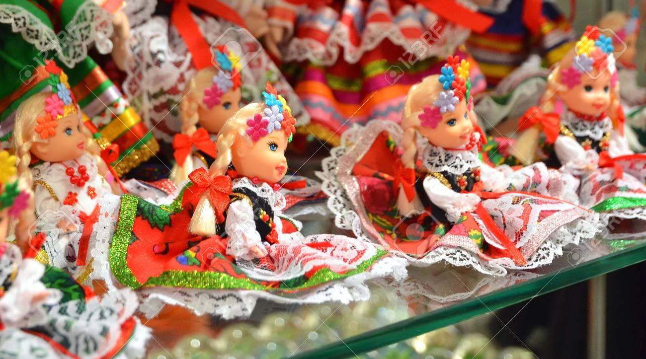 Cracovie, Pologne - 5 juillet 2016: vendeur vend des souvenirs d'artisanat traditionnel polonais à Sukiennice (Halle aux draps).