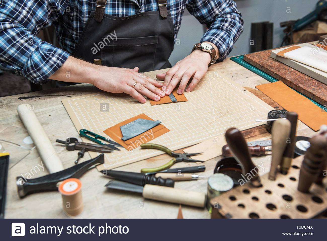 Concept de la production artisanale à la main des articles en cuir ...