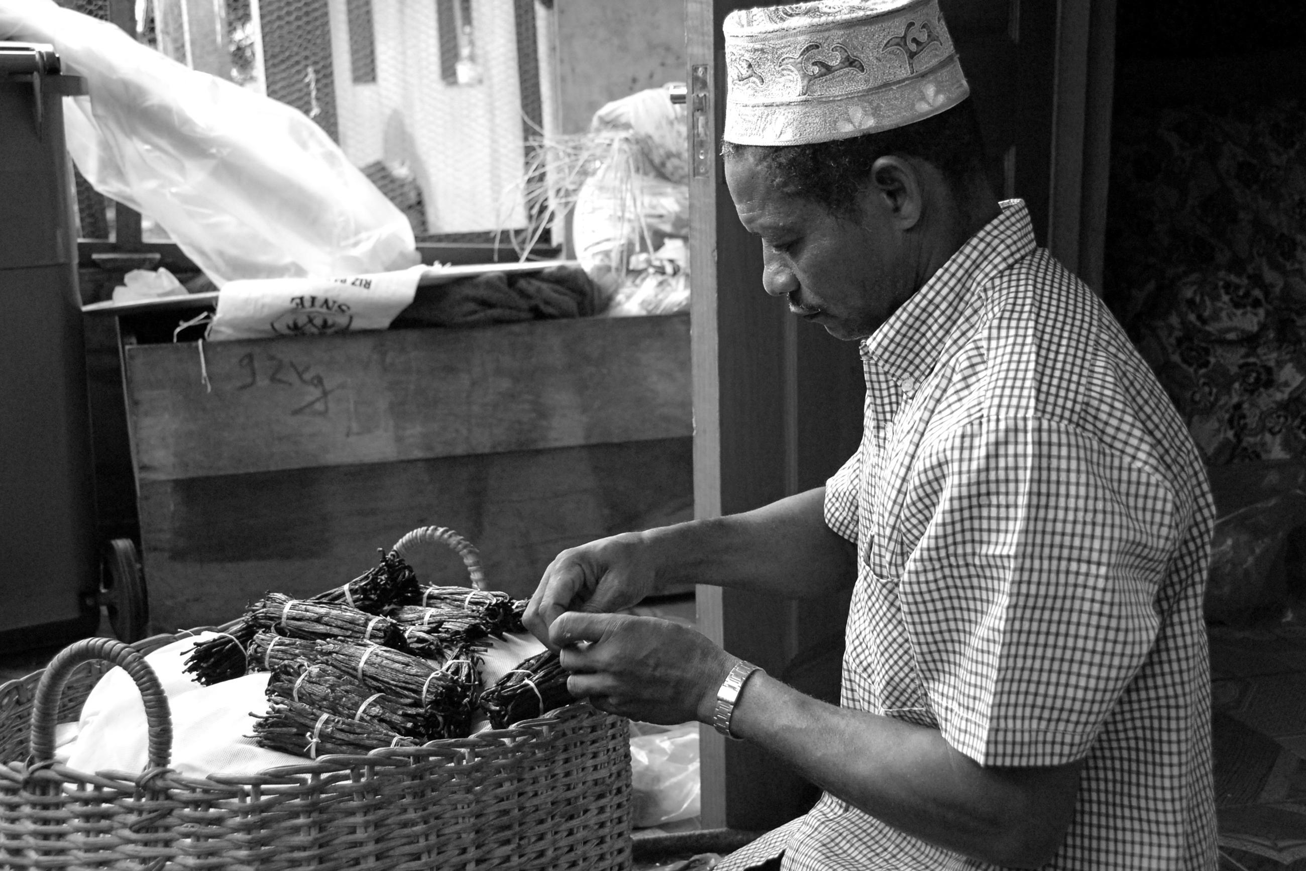 Photo du jour : la production artisanale de vanille | L'info KWEZI